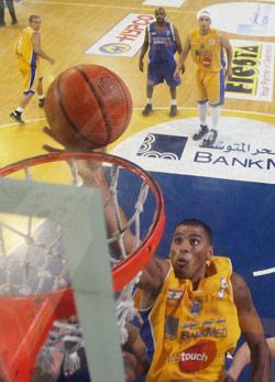 حسين توبة يرتقي إلى السلة في مباراة الرياضي والمتحد أمس (محمد علي)