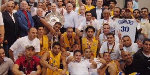 لاعبو واداريو الرياضي يحتفلون بالدرع الجديدة (محمد علي)