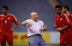 المدرب الشرقي يشرح تعليمة للاعبَيه يونس ويعقوب تحت أنظار السعدي (الرياض ـ الأخبار)