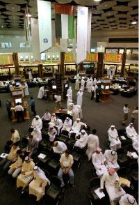 مراقبة أسعار الأسهم في السوق الماليّة في دبي (مروان نعماني ــ أ ف ب)