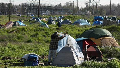 مخيّم للفقراء والعاطلين من العمل في كاليفورنيا صاحبة ثامن أكبر اقتصاد في العالم! (جاستين سوليفان ــ أ ف ب)