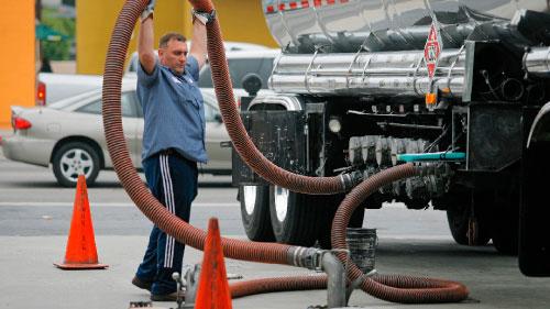 عامل يزوّد محطّة وقود في كاليفورنيا بالبنزين (داميان دوفارغانيس ــ أ ب)