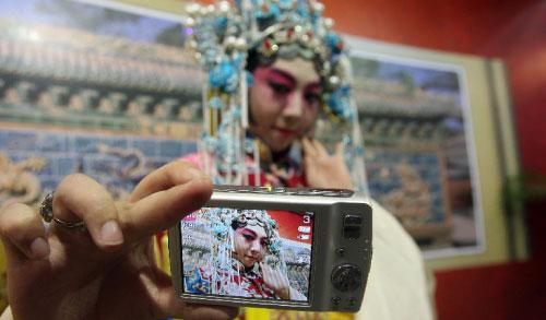 الترويج لكاميرا رقميّة صينيّة... على الطريقة الآسيويّة! (أ ف ب)