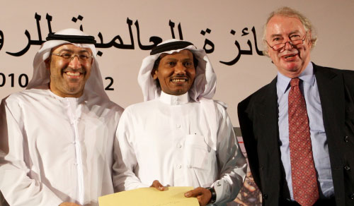 عبده خال، أمس، متوسطاً رئيس مجلس أمناء «بوكر» جوناثان تايلور، ووزير الثقافة الإماراتي عبدالرحمن بن محمد العويس