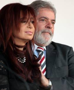 لولا مع الرئيسة الأرجنتينية كيرشنر خلال افتتاح سفارة بلادها الجديدة في برازيليا الجمعة (ايرالدو بيريز ــ أ ب)