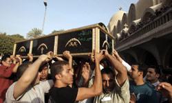 يحملون نعش أحد قتلى الإشتباكات الطائفية في القاهرة أمس (محمود حمس ــ أ ف ب)
