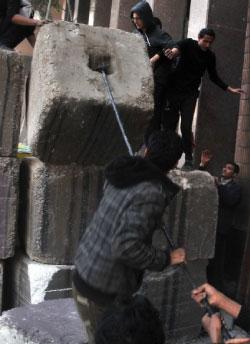 اقتحام الحواجز في ميدان التحرير الجمعة (رويترز)