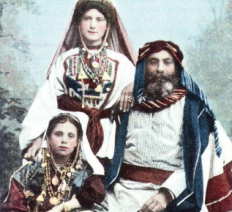 صرافيان اخوان، بطاقة بريدية، الدكتور غصن الحاوي وابنتاه، حوالى 1910