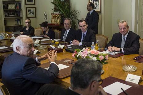 أجرى آلن في القاهرة سلسلة لقاءات شملت الأمين العام للجامعة العربية (أ ف ب)
