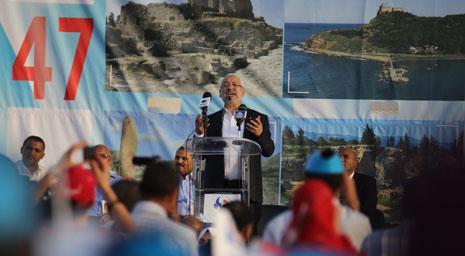 راشد الغنوشي، صار أكثر من رحالة فقد جاب معظم محافظات البلاد طلباً لدعم مرشحي «النهضة»(الأناضول)