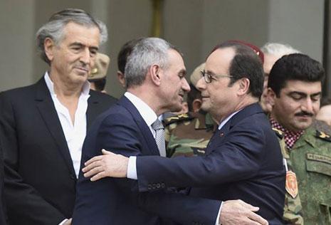 الرئيس الفرنسي يستقبل الوفد فيما يقف خلفهما المفكر الصهيوني برنار هنري ليفي (الأخبار)