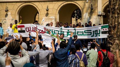 صورة لطلاب في جامعة القاهرة أمس (الأناضول)
