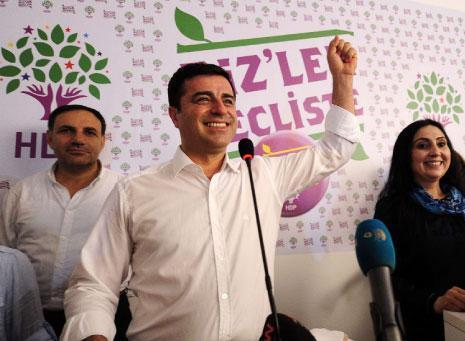 فرحة رئيس حزب «الشعوب الديموقراطية» صلاح الدين ديمرتاش بعد إعلان النتائج (أ ف ب)