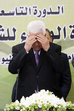 محمود عباس وهو يقرأ الفاتحة عن أرواح الشهداء أمس (آي بي ايه)
