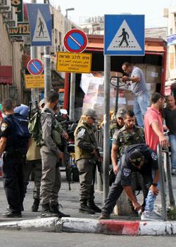 عكست صورة تأبط الوزير نفتالي بينيت مسدساً على وسطه حالة الذعر التي يعيشها الشارع الإسرائيلي (آي بي ايه)