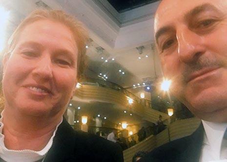 """نشرت ليفني على """"تويتر""""، أمس، صورة مع وزير خارجية تركيا، وقالت إنهما ناقشا على هامش المؤتمر """"أهمية تطبيع العلاقات الثنائية"""" (الأخبار)"""