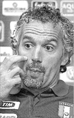مدرب إيطاليا روبرتو دونادوني متحدثاً إلى الصحافيين (أ ف ب