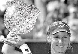 الروسية إيلينا ديمنتييفا ترفع كأس دورة لوس أنجلس (رويترز)