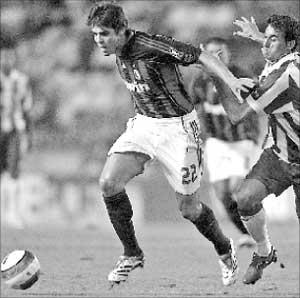 البرازيلي كاكا متخطياً الاسباني اربيلوا في مباراة ميلان وديبورتيفو لا كورونيا اول من امس (أ ف ب)