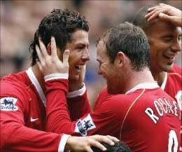 كريستيانو رونالدو (إلى اليسار) محتفلاً مع واين روني بتسجيله الهدف الرابع لمانشستر يونايتد (أ ف ب)