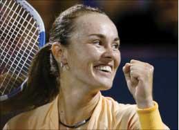 السويسرية مارتينا هينغيس فائزة على الروسية آنا تشاكفيتادزه (رويترز)