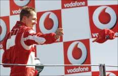 ميكايل شوماخر يرمي قبّعته احتفالاً بفوزه بجائزة إيطاليا الكبرى على حلبة مونزا (أ ب)