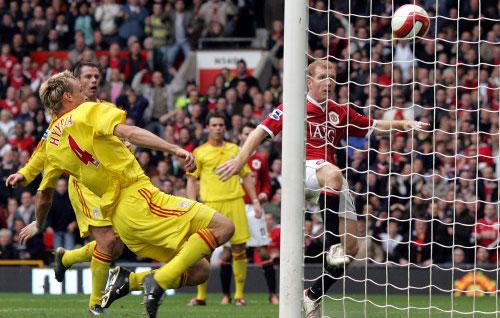 بول سكولز (الى اليمين) لحظة تسجيله الهدف الأول لمانشستر يونايتد في مرمى ليفربول (أ ف ب)