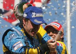 ماسا وألونسو يحتفلان بفوز الأول بجائزة البرازيل الكبرى والثاني باللقب العالمي (أ ف ب)