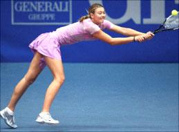 الروسية ماريا شارابوفا تتصدى لكرة الصربية أنّا إيفانوفيتش في دورة لينتس (رويترز)