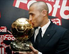 """الإيطالي فابيو كانافارو يقبّل """"الكرة الذهبية"""" لأفضل لاعب في أوروبا لعام 2006 (رويترز)"""