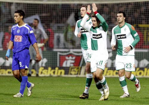 مهاجم بريمن ميروسلاف كلوزه محتفلاً مع زملائه بعد تسجيله هدفاً في مرمى هرتا برلين (أ ب)