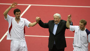 تورسونوف وسافين يحتفلان مع الرئيس الروسي السابق يلتسين بفوزهما على نالبانديان وكاليري (اي بي اي)