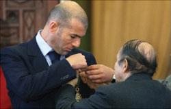 الرئيس الجزائري بوتفليقة يمنح زيدان وسام الاستحقاق الوطني الأعلى (أ ف ب)