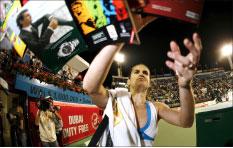 اميلي موريسمو توقّع للمشجعين عقب فوزها على الروسية فيرا دوتشيفينا (اي بي اي)