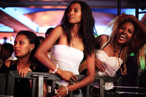 فتيات اثيوبيات على باب احد النوادي الليلية في اسرائيل