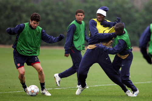 سيسك فابريغاس (إلى اليسار) في صراع على الكرة مع أبو ديابي ولاسانا ديارا خلال تمارين أرسنال في لندن (طوم هيفيزي ــ أ ب)