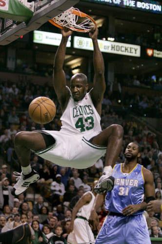 لاعب بوسطن سلتيكس كندريك بيركينز مسجلاً كرة ساحقة «دنك» في سلة دنفر ناغتس (ت. كروبا ـ أ ب)
