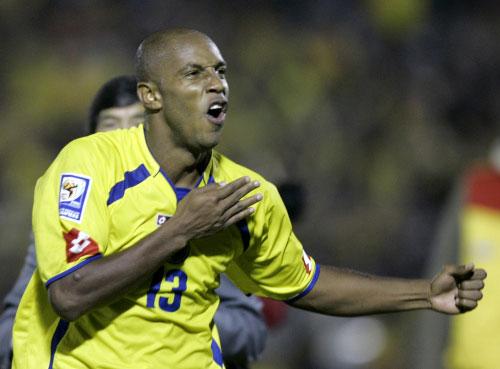 الكولومبي روبن بوستوس محتفلاً بتسجيله هدف التعادل في مرمى الأرجنتين (ريكاردو مازالان ــ أ ب)
