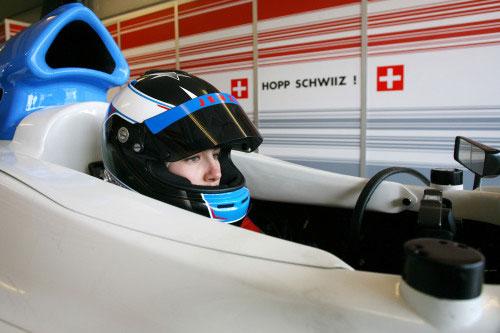 السائقة راهيل فراي داخل سيارة الفريق السويسري