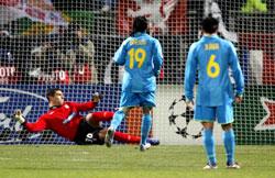 ميسي يسجّل هدف برشلونة الثاني من ركلة جزاء (روبرت براتا ـ رويترز)
