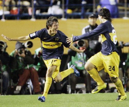 كاردوزو محتفلاً وزميله بانيغا (24) بتسجيله هدف الفوز لبوكا أمام النجم الساحلي (ك. ساساهارا ــ أ ب)