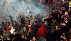جماهير روما تهتف ضد مشجعي مانشستر في الملعب الأولمبي (أندرو ميديكيني ـ أ ب)