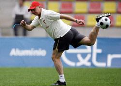 البرازيلي لويز فيليبي سكولاري مدرب منتخب البرتغال خلال حصة تدريبية أمس (ناتشو دوتشي ـ رويترز)