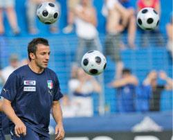 اليساندرو دل بييرو محاطاً بالكرات خلال حصة تدريبية لمنتخب إيطاليا (اليساندرا تارانتينو ـ أ ب)
