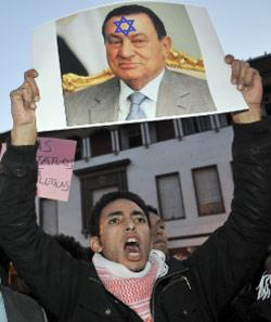 حين بدأت الثورة المصرية تظاهر المغربيون تضامناً (أرشيف ــ أ ب)