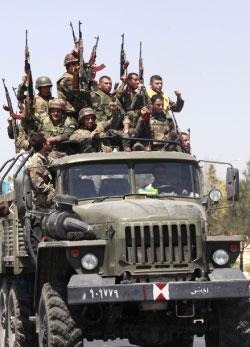 الجيش السوري منسحباً من حماه (أ ب)