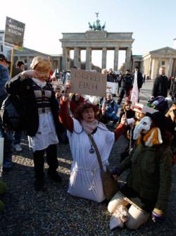 خلال تظاهرة «احتلوا برلين» يوم امس (رويترز)
