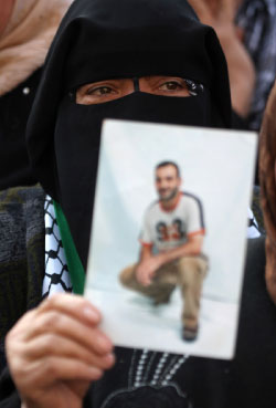 قريبة أحد المعتقلين في غزّة (أ ف ب)