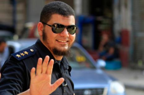 شرطي يشارك في تظاهرة بعد طرده وزملاء له يرفضون حلق لحاهم (محمد عبد الغني ــ رويترز)