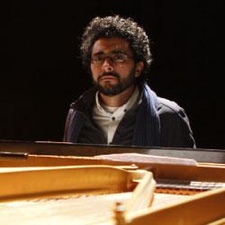يرافق طارق يمني الفنانين على البيانو
